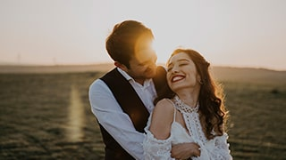 sina-demiral-sony-alpha-99II-close-up-of-groom-holding-bride-with-sunlight-behind