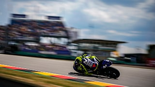 alex-farinelli-sony-alpha-9-motorcyclist-cornering-at-high-speed-with-the-background-blurred
