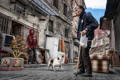 murat-pulat-sony-alpha-7II-old-man-in-street-with-barking-dog
